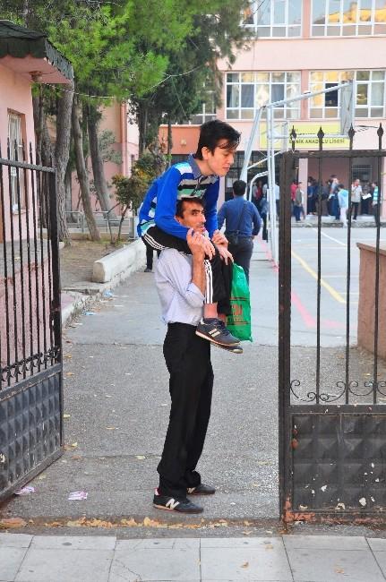 (Özel Haber) Engelli Oğlunu Okula Sırtında Taşıyor