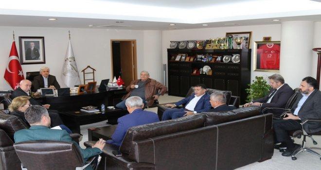 Akhisar Üniversite Derneği, Belediye Başkanı Salih Hızlı'nın makamında toplandı