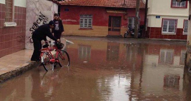 Akhisar'da yağmur zor anlar yaşattı