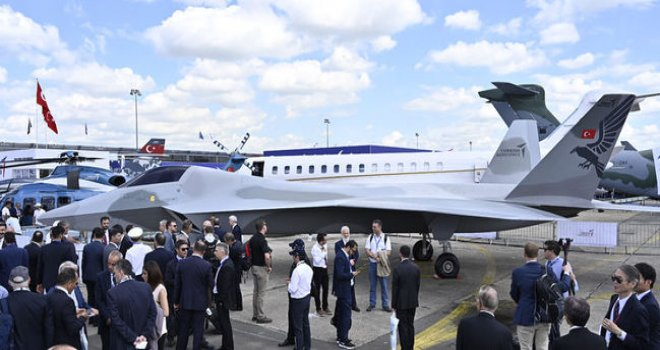 Milli Muharip Uçağı'nın birebir modelini ilk kez Paris Havacılık Fuarı'nda sergiledi
