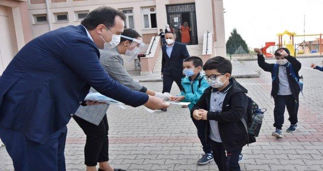 Öğrencilerin Maskeleri Akhisar Belediyesi'nden