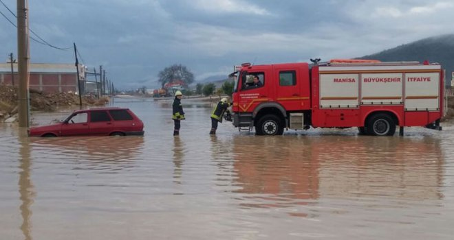Otomobil Suda Mahsur Kaldı