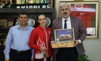 3 madalya ile dönen Nil Deniz Bal, Belediye Başkanı Hızlı'yı ziyaret etti