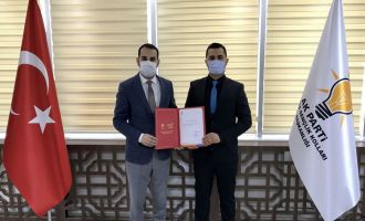 Ak Parti Akhisar İlçe Gençlik Kolları Başkanlığı Mert Şenay'a Emanet