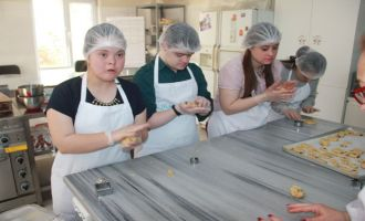 Akhisarlı özel çocuklar Düşler Akademisi mutfağına girdi