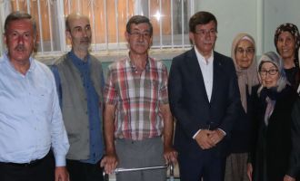 Davutoğlu, Akhisar'da Ahmet Er'i kabri başında ziyaret etti