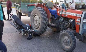 Motosiklet ile Traktör çarpıştı 1 yaralı