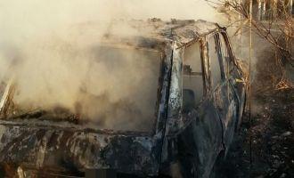 Tarla yoluna park edilen otomobil yandı