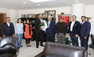Ülkü Ocakları Akhisar Şubesi, Belediye Başkanı Salih Hızlı'yı ziyaret etti