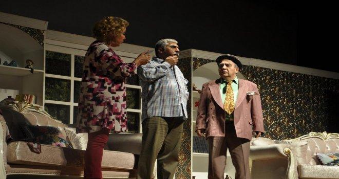 Usta Tiyatrocular Akhisar'ı Kahkahaya Boğdu